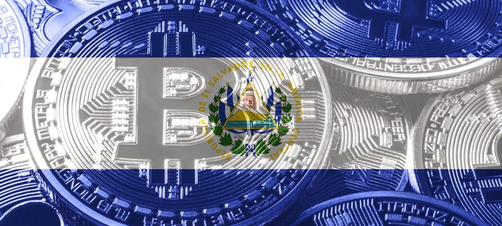 Bandeira de El Salvador junto ao bitcoin