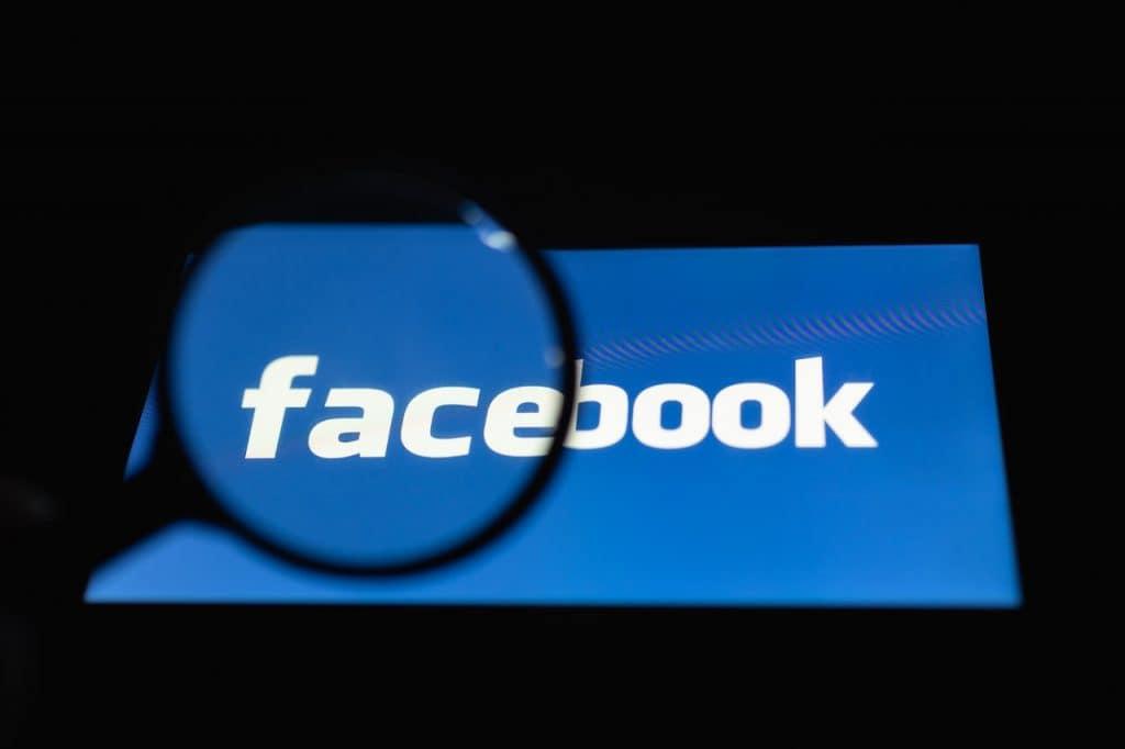 Logo do Facebook sob a ótica de uma lupa