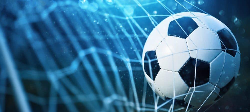 Bola de futebol balançando a rede do gol