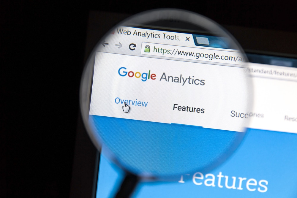 Lupa mostrando o site do Google Analytics