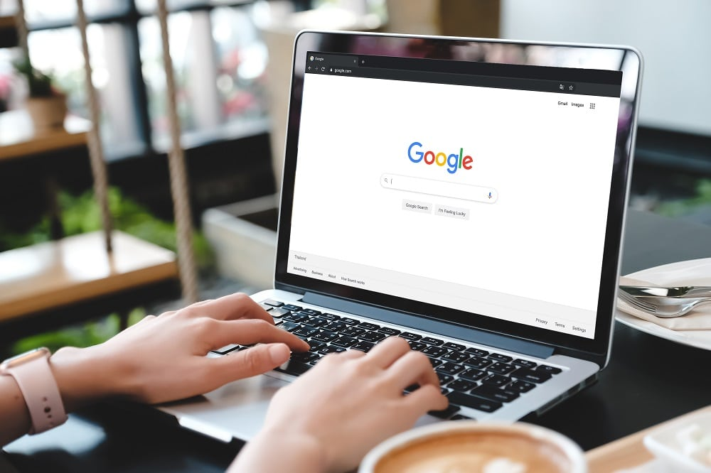 Google faz parceria com reguladores para reformular rastreamento de anúncios. Imagem: Shutterstock/Castleski
