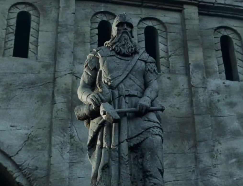 Estátua de Helm Mão-de-Martelo no Forte da Trombeta em 'As Duas Torres'. Imagem: Warner Bros./Reprodução