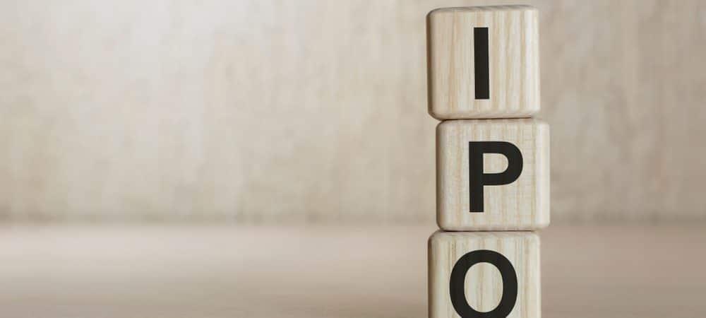 Imagem mostra três cubos, um em cima do outro, feitos de madeira, cada um com uma letra impressa, formando a sigla IPO, de oferta pública inicial