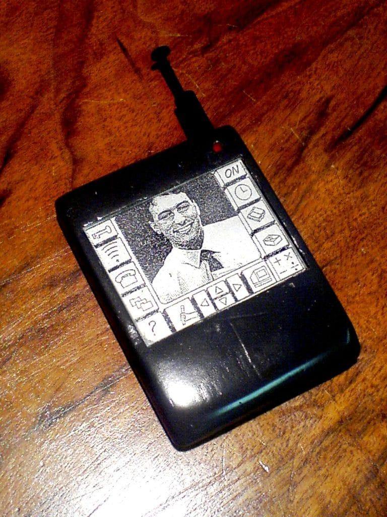 Imagem mostra o Intellect, um dos primeiros dispositivos portáteis capazes de reproduzir e armazenar fotos digitais