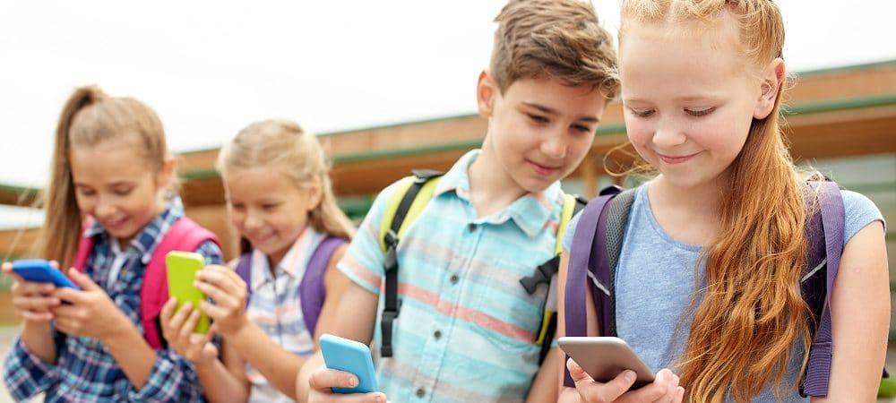 Jovens mexendo no celular