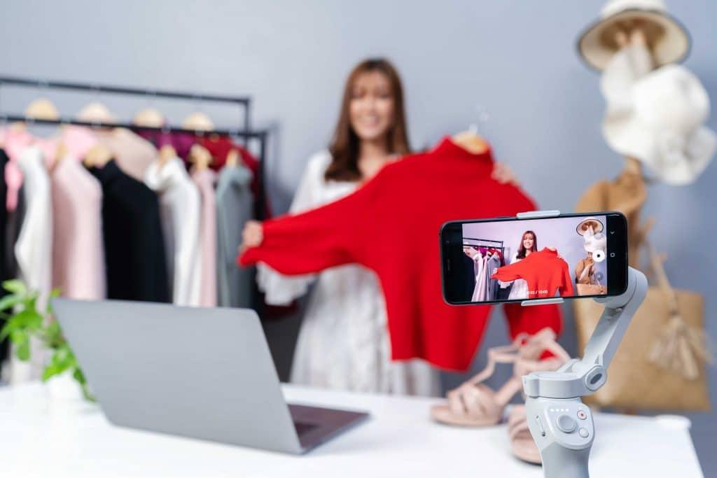 Ilustração de influencer fazendo vídeo promocional de produto