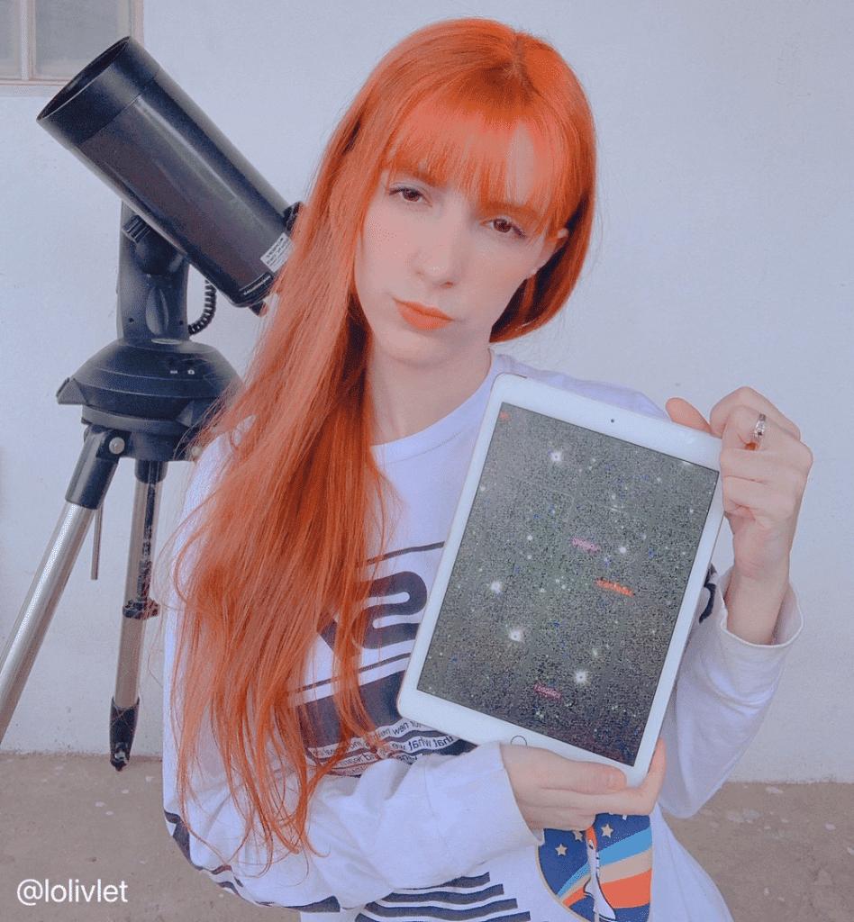 Lorrane com a foto dos asteroides que descobriu