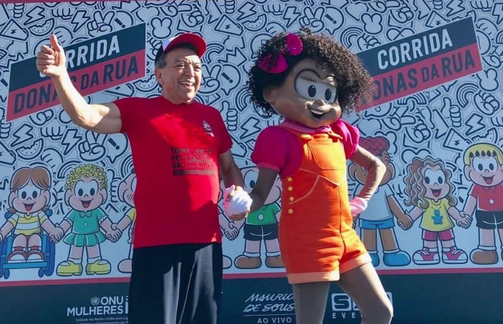 O quadrinista Mauricio de Sousa ao lado da personagem Milena, que estreou nos quadrinhos da Turma da Mônica em 2019.