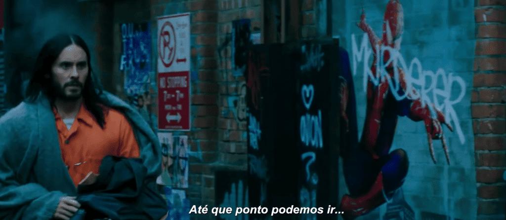 Morbius (Jared Leto) caminha próximo a muro com desenho do Homem-Aranha