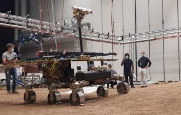 """Gêmeo de robô europeu começa a ser testado em """"simulador de Marte"""" na Itália"""