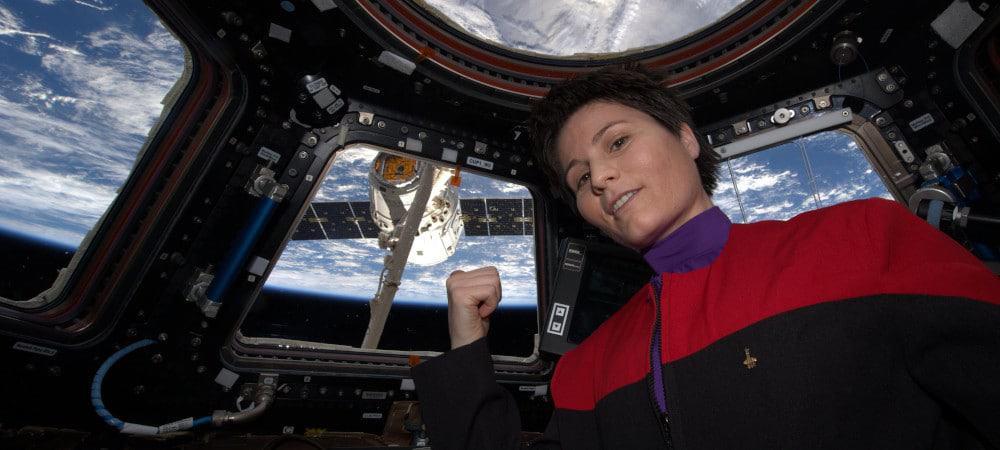 A astronauta italiana Samantha Cristoforetti, usando um uniforme de Star Trek na Cupola, a janela de observação da ISS