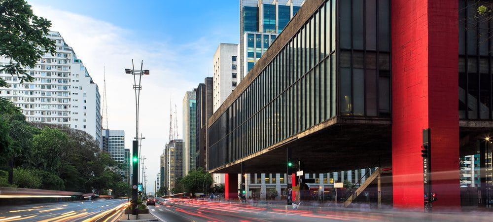 Foto da Avenida Paulista, deixando o MASP em destaque