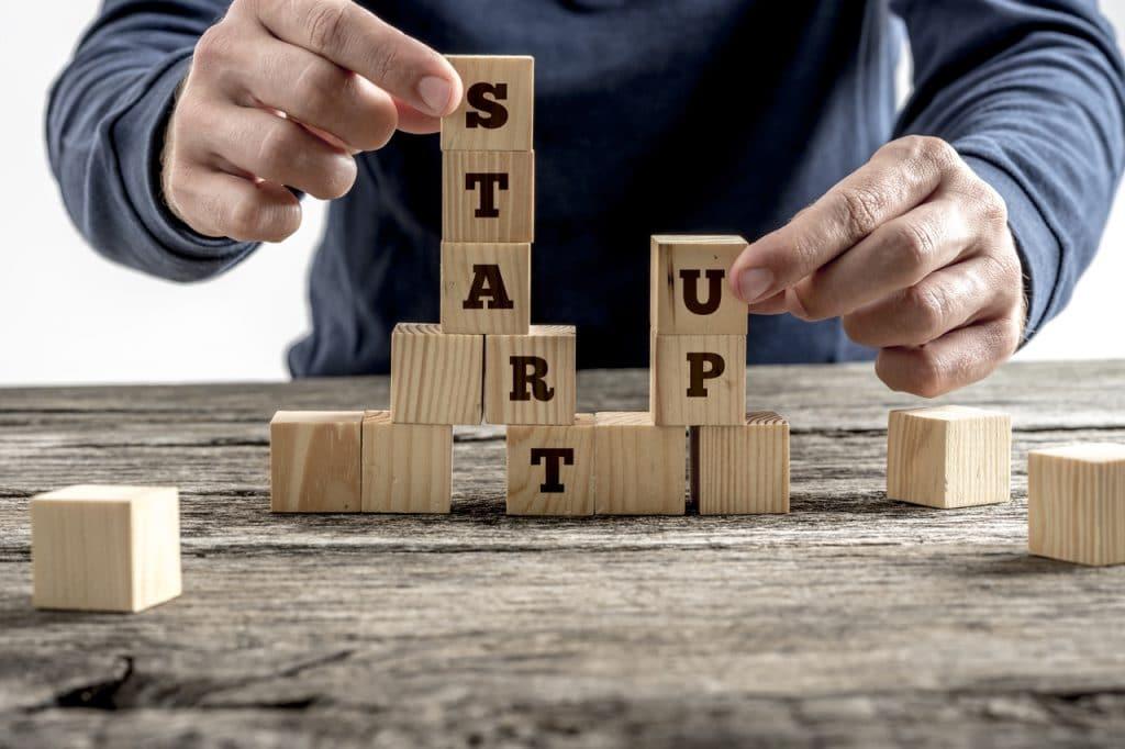 """Palavra """"startup"""" escrita em blocos de madeira"""