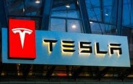 Dono de Tesla inventa robô para carregar carro automáticamente