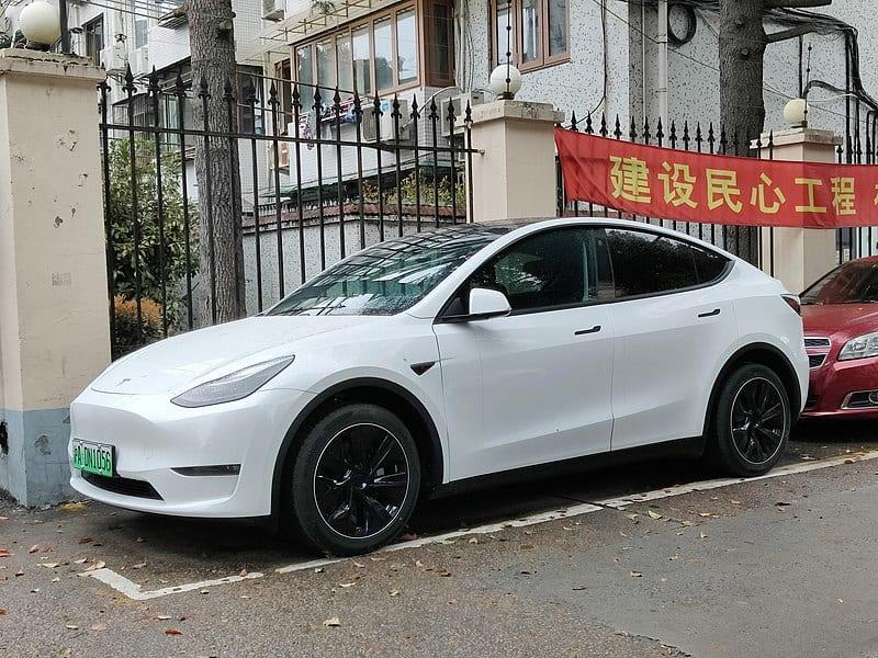 Tesla Model Y Branco Estacionado