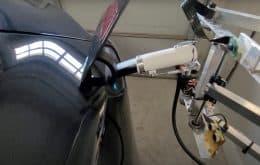 Proprietário de Tesla cria robô para carregar o carro sozinho; veja vídeo