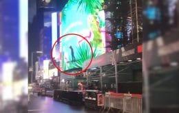 Homem atravessa Times Square em cima de drone gigante, veja vídeo