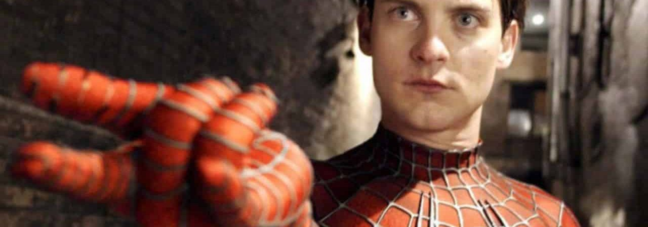Tobey Maguire com o uniforme do Homem-Aranha e sem máscara