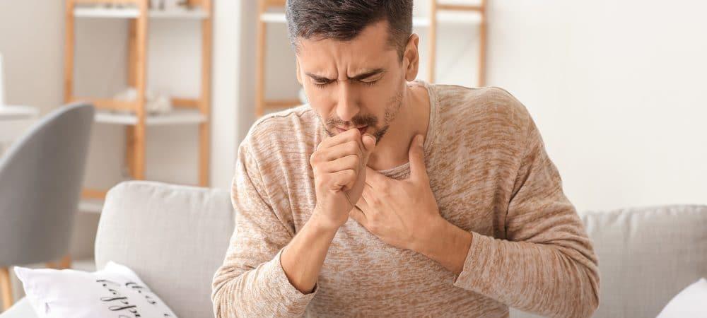 Homem tossindo