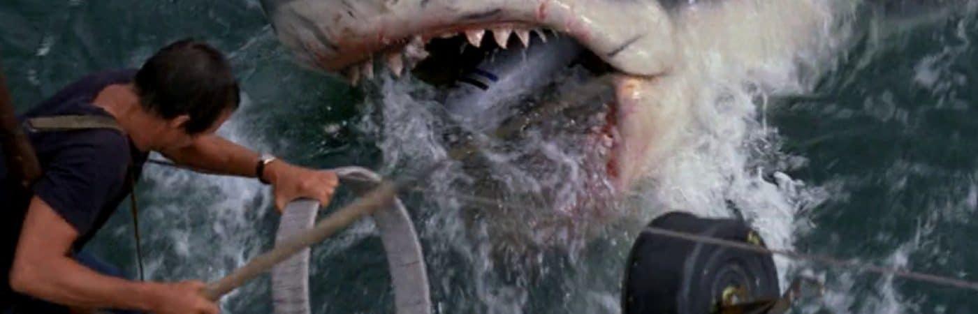 Cena clássica de Tubarão (1975) mostra a criatura atacando embarcação.
