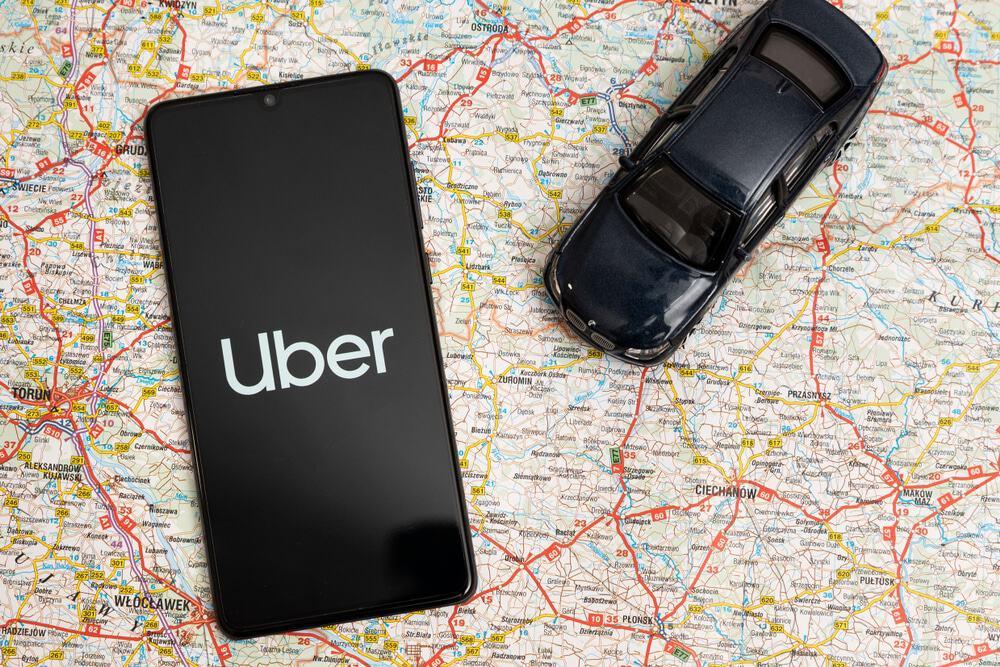 Celular com a logo da Uber