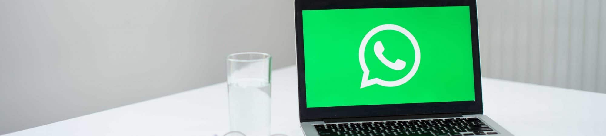 WhatsApp exibido em tela de notebook