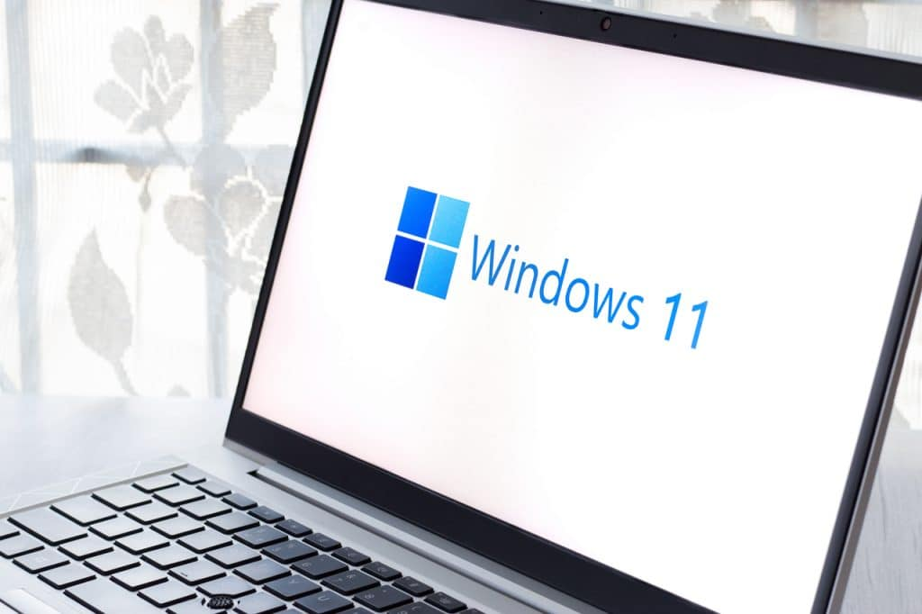 Logo do Windows 11 exibido em notebook