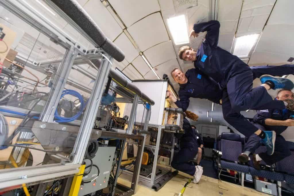 Imagem mostra dois engenheiros testando um protótipo de refrigerador para que a comida dos astronautas tenha mais qualidade em missões futuras