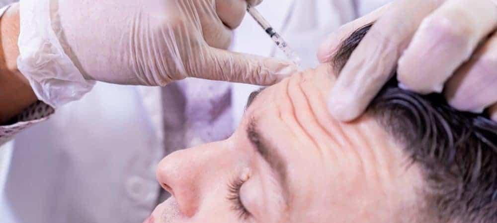 Aplicação de injeção de botox em testa