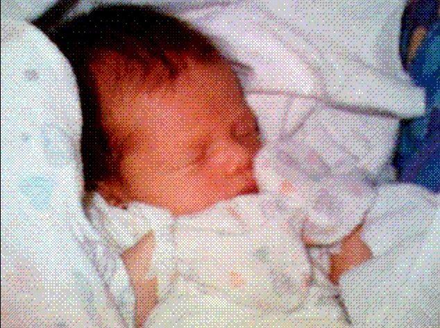 Imagem mostra uma foto granulada e antiga, porém em cores, de um bebê recém-nascido