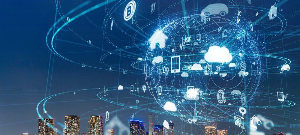 Imagem mostra um globo feito de linhas digitais, envolvido por ícones que mostram serviços que demandam conexão à internet como nuvem, smartphones, entre outros