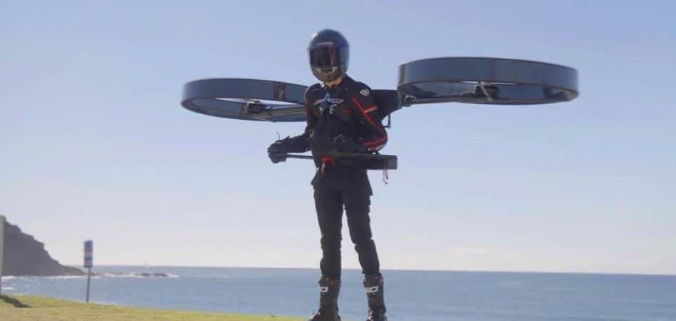 """Homem com """"mochila de helicóptero elétrico"""""""