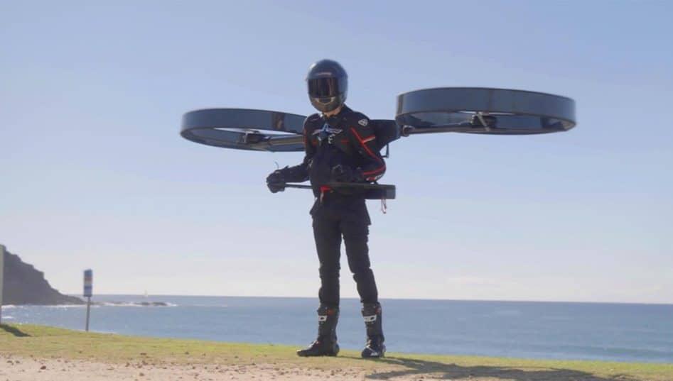 """Homem com a """"mochila de helicóptero elétrico"""". Créditos: CopterPack"""