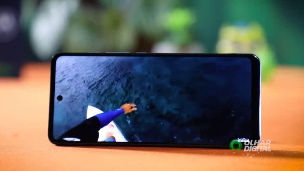 Imagem mostra o Moto G60 reproduzindo um vídeo de surf em sua tela de 6,8 polegadas