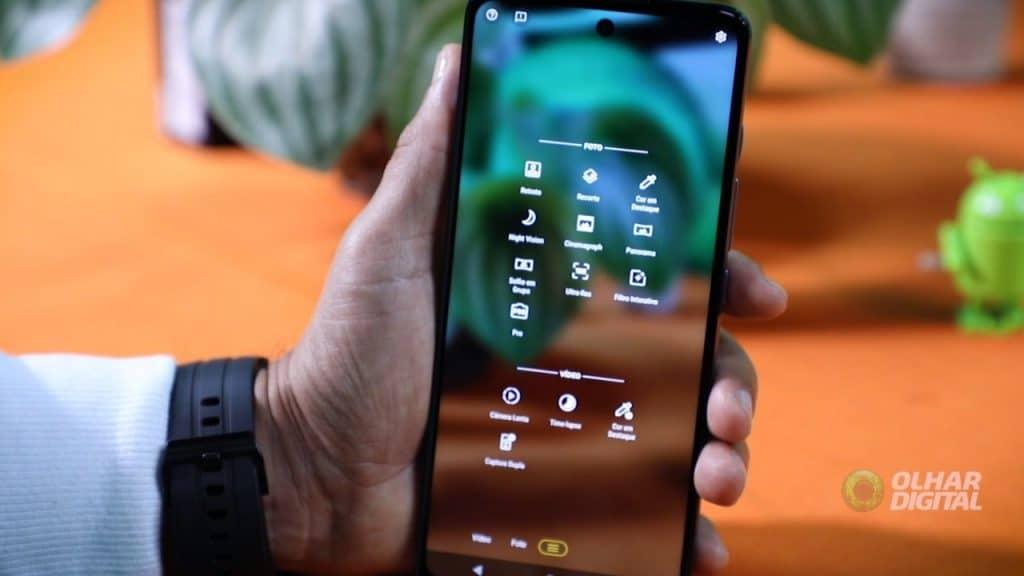 Imagem mostra o Moto G60 nas mãos de um usuário