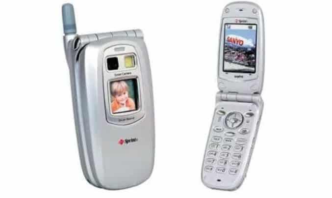 Imagem mostra o Sanyo V-Katana, primeiro celular com câmera a chegar no mercado ocidental