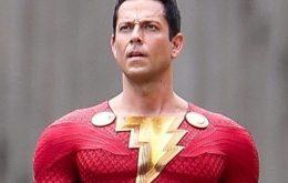 'Shazam 2': fotos do set mostram herói com traje danificado