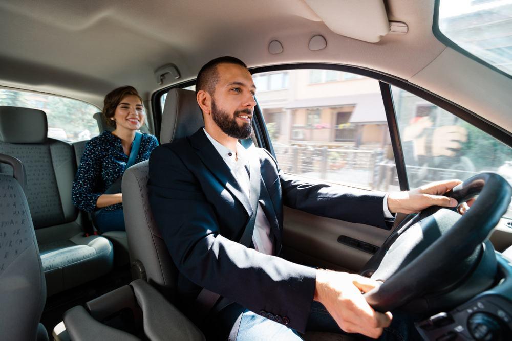 motorista do uber transporta passageira