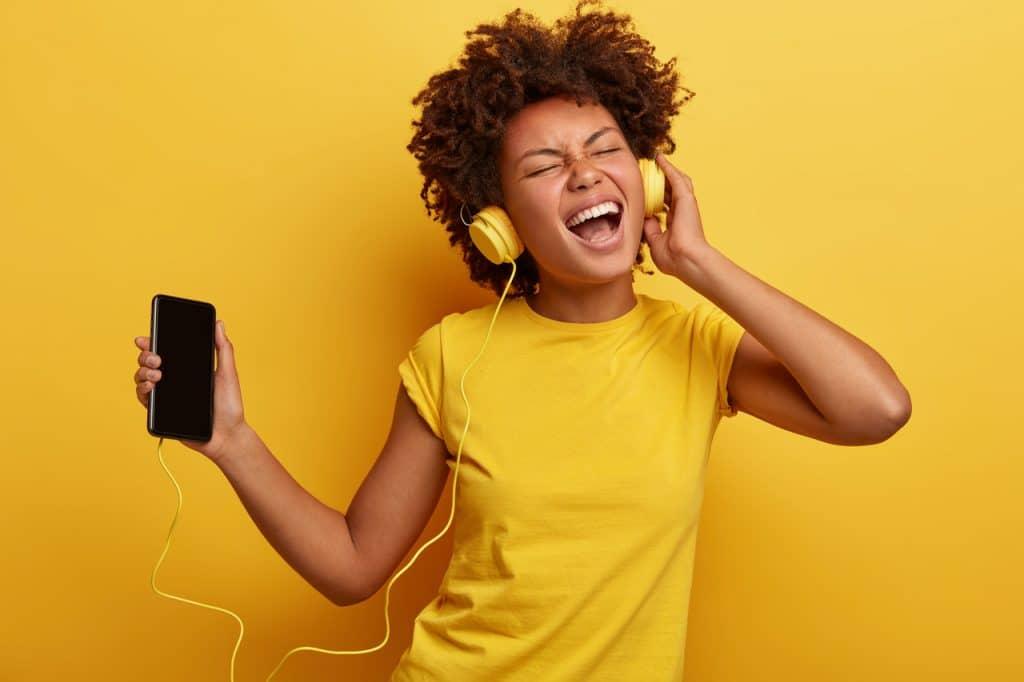 Ilustração de mulher ouvindo música em seu smartphone
