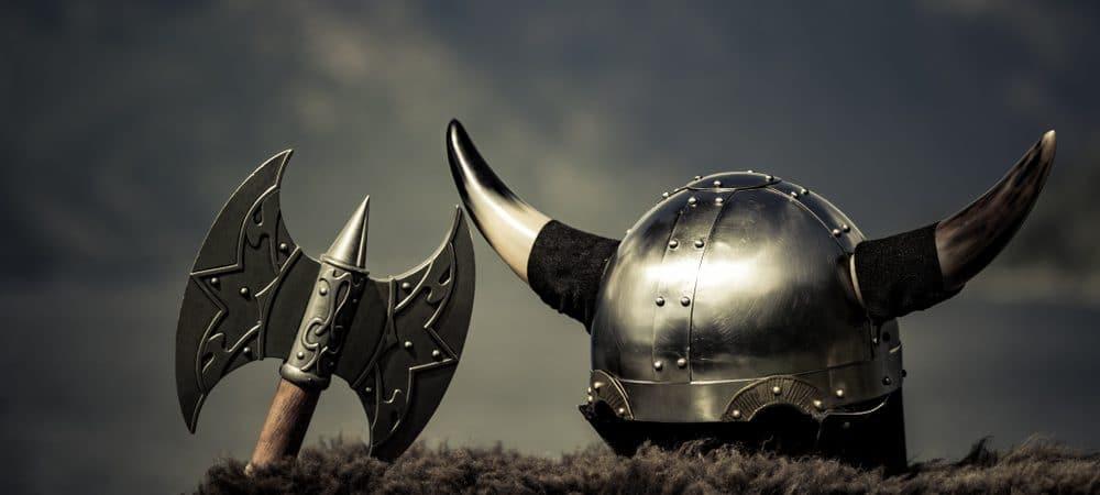 Casco vikingo con hacha