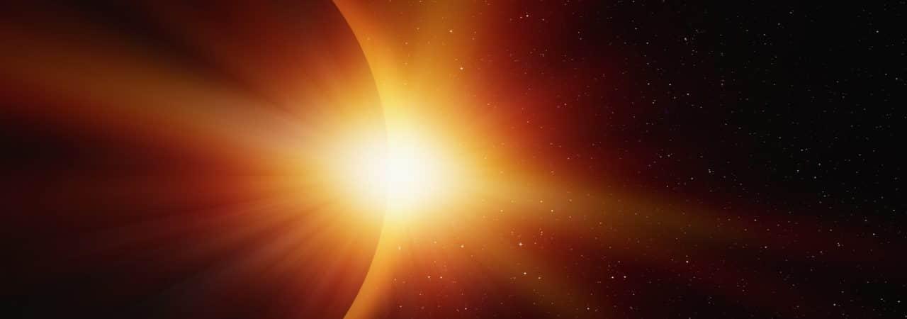 Imagem mostra um eclipse solar, detalhando o disparo de raios cósmicos pelo espaço