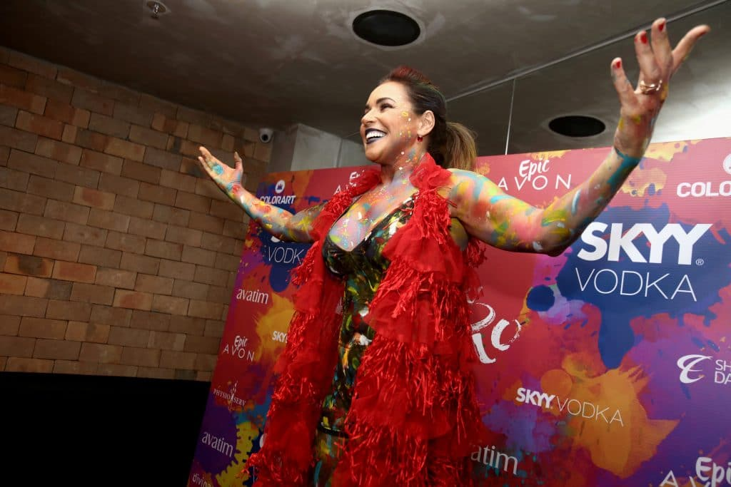 Daniela Mercury comemorando o carnaval em Salvador, Bahia, em 2018. Imagem: Joa Souza / Shutterstock.com