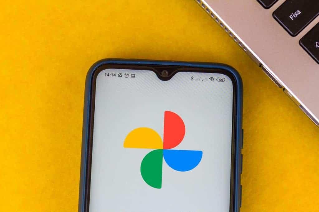 Logo do Google Fotos exibido em smartphones