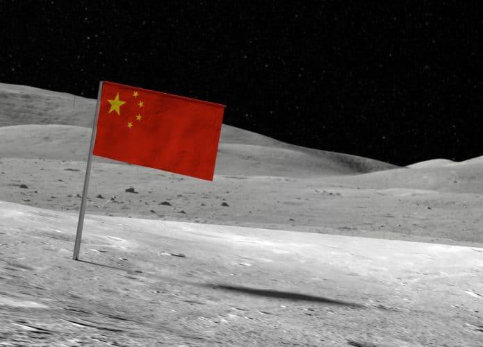 Imagem mostra a bandeira da China posicionada sobre a superfície da Lua