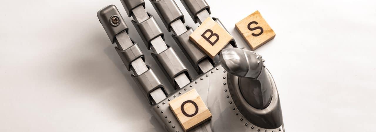 """Ilustração de automação, com mão robótica segurando a palavra """"jobs"""" (empregos, traduzido para o português)"""