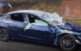 Tesla é esmagado por bloco de concreto e passageiros saem com ferimentos leves; veja vídeo