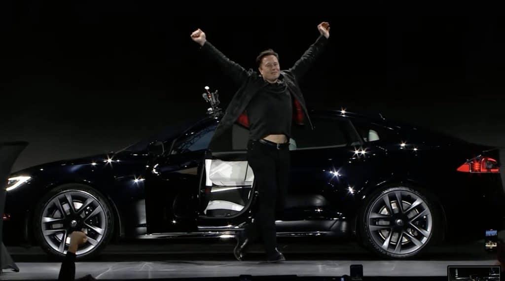 Elon Musk dirige o novo Tesla Model S Plaid em evento de apresentação. Imagem: Youtube/Reprodução