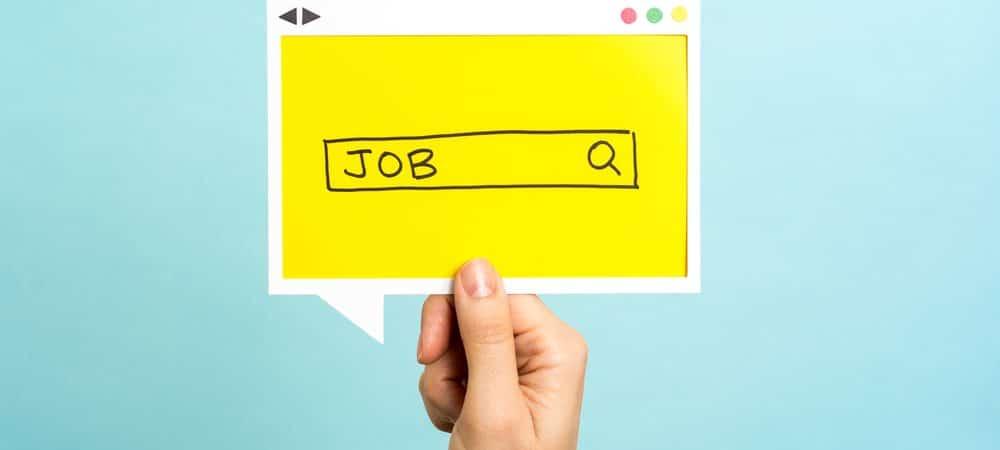 Imagem mostra uma mão segurando um papel; nele está desenhado um navegador de internet e uma barra de buscas, na qual está escrita a palavra
