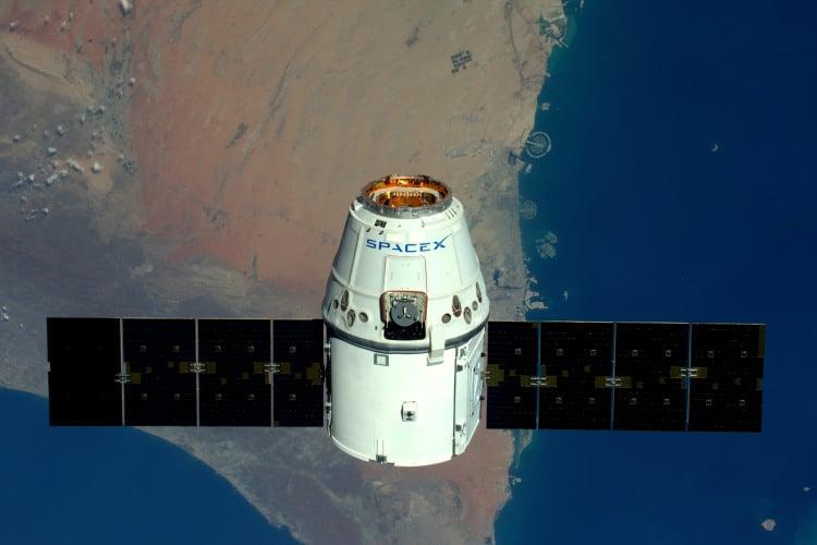 Imagem mostra a nave de carga Dragon, da SpaceX, cujo retorno à Terra será transmitido ao vivo pela Nasa