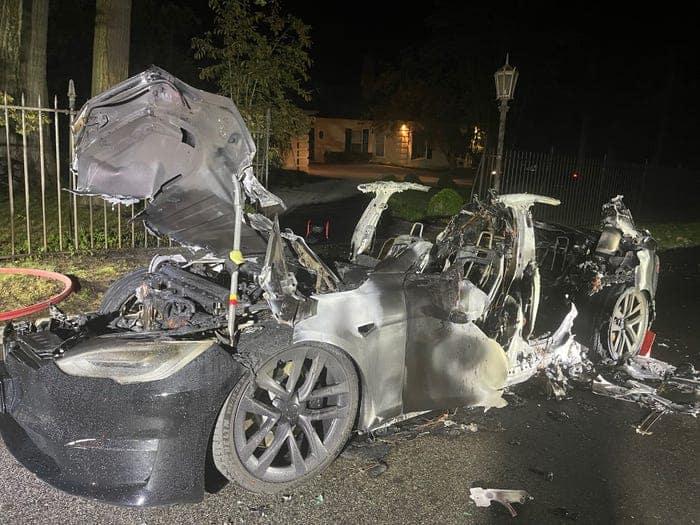 O Tesla Model S rolou cerca de 25 metros sem ninguém dentro antes de ser envolvido pelas chamas, disse o advogado do proprietário. Imagem: Geragos e Geragos/Reprodução